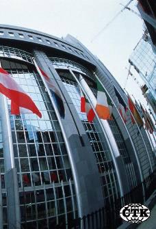 Budova Evropského parlamentu v Bruselu  s vlajkami - rybím okem